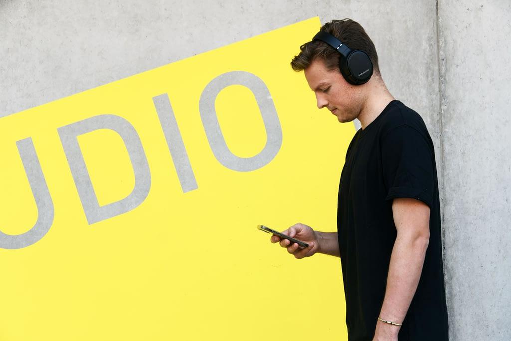 Auditeur qui écoute un podcast en marchant